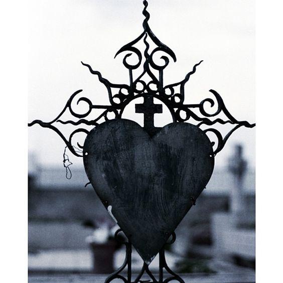 Foto realizada com filme 35mm numa Fujica ST701, tratada a posteriori. #35mm #analógica #filme #film #cemitério #coração #❤