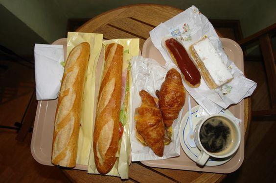 Cafe da manhã em Paris - Pão e croissants