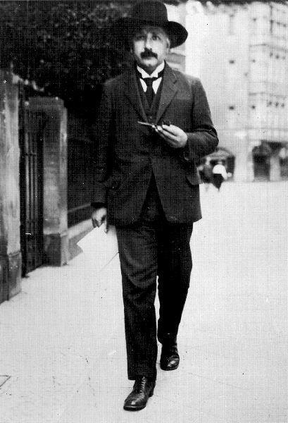 スーツを着て街を歩いているアルベルト・アインシュタインの壁紙・画像