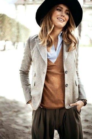 Graues Wollsakko, Brauner Pullover mit V-Ausschnitt, Hellblaues Businesshemd, Dunkelbraune Karottenhose für Damenmode