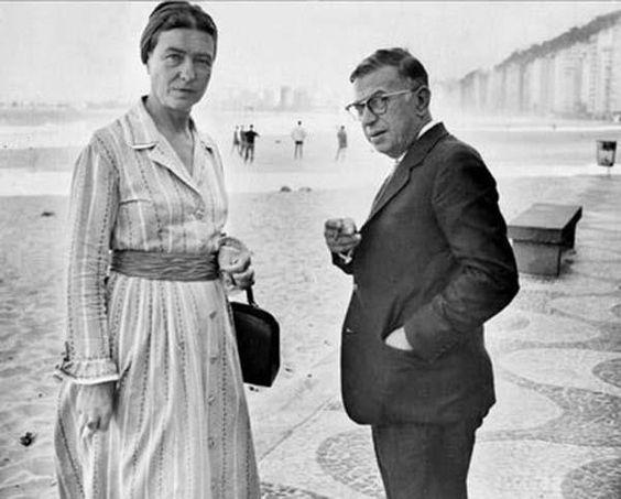 Era agosto de 1960 quando Simone de Beauvoir posou, com personalidade, para um registro fotográfico ao lado de Jean-Paul Sartre, em Copacabana.