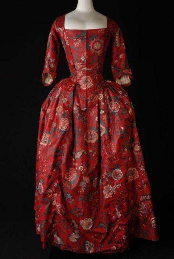 Japon, robe à l'Anglaise van sits, rood fond met grote veelkleurige bloemen, lijf met vestpanden, aangeplooide rok, mouwen met geplooid elleboogstuk, vierkante halslijn | Modemuze