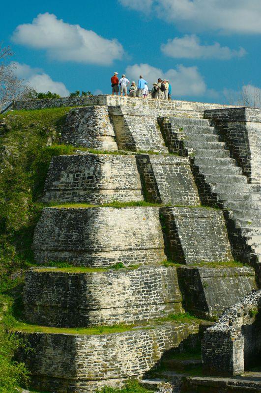 Altun Ha en Belice existía por lo menos 200 antes de Cristo, tal vez incluso varios siglos antes, y floreció hasta el misterioso colapso de la civilización maya clásica alrededor del año 900. La mayor parte de los templos datan de alrededor del año 550 a 650 , sin embargo, al igual que muchos templos mayas , la mayoría de ellos se componen de varias capas , habiendo sido construido sobre periódicamente en una serie de renovaciones .