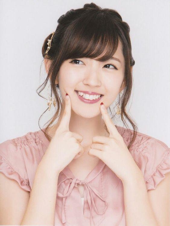 鈴木愛理にっこり笑顔が可愛いポーズ