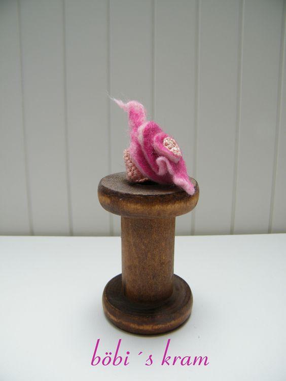 Ein toller Ring, gehäkelt mit einer gefilzten Blüte! Soetwas gibt es bei http://boebiskram2.jimdo.com/wollkram/tragbare-sch%C3%B6nheiten/