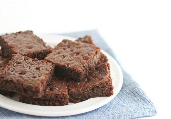 Healthy 3 Ingredient Chocolate Cake  - water  - cake mix  - greek yogurt    TADAH!