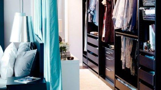 Situada detrás de la cama y en dos metros de pared, cuelgas las cortinas y colocas un armario. Ahora queda equipada con una pequeña zona de vestir en la parte posterior de la habitación.