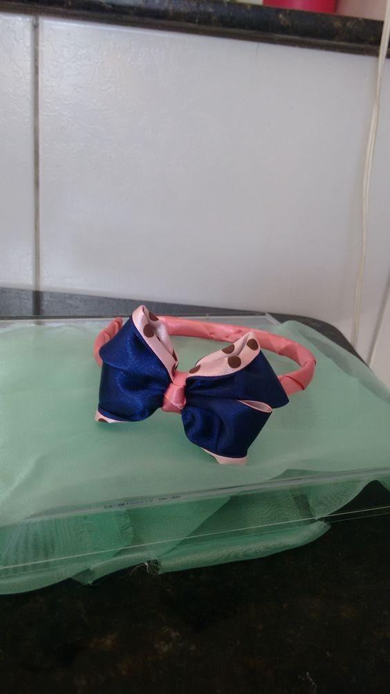 Tiara com laço duas face azul e rosa de poá.