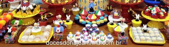 Festa Circo: palhacinhos, coelho na cartola, doces e cupcakes personalizados.