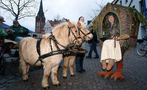 Baba Jaga - Hexe Babajaga kam mit ihrem wandernden Häuschen aus Dresden. (FOTO: MZ)