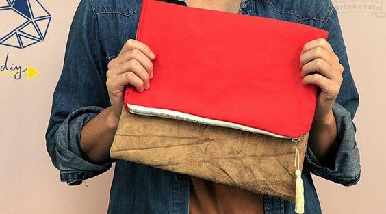 O O Artesanato vai mostrar uma ótima dica de presente para as mulheres que amam acessórios. Vamos ensinarcomo fazer uma bolsa artesanal com diversos tipos de tecidos, com zíper e alguns detalhes. O estilo carteira é um dos mais usados pelas mulheres que curtem bolsa de mão. Confira a seguir como fazer essa produção e deixe o seu dia a dia ainda mais fashion.