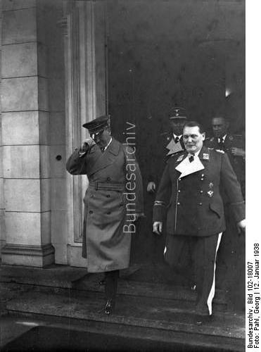 Berlin.- Hermann Göring an seinem 45. Geburtstag mit Adolf Hitler (links)
