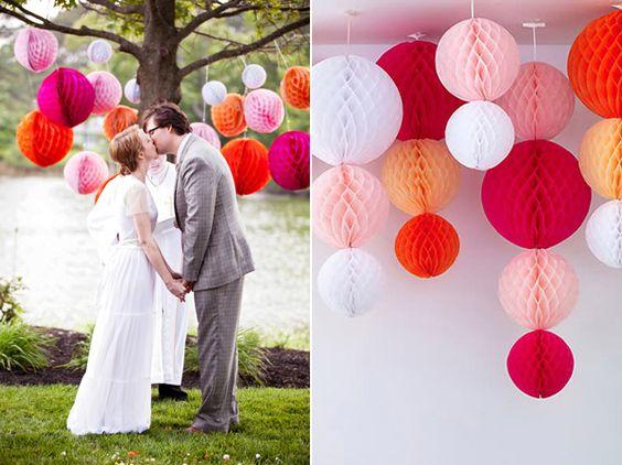 Wabenbälle abgehängt als Dekoration für Hochzeiten