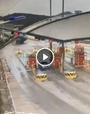 Caminhão perde a direção e carro se livra.