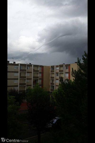 Photo prise à Riom. Ce phénomène météorologique porte le nom de tuba, et correspond à un début de tornade. Dimanche 20/07/2014. Météo France a eu des échos radar assez forts mais très brefs confirmant le phénomène.