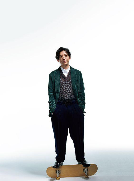 スケボーの上に立っているポケットに手を入れている高橋一生の画像