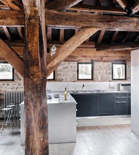 Cocina casa rural muebles color gris paredes de piedra for Cocinas con pared de piedra