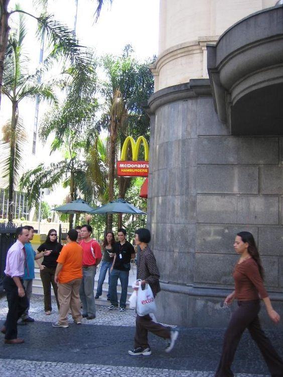 O primeiro McDonald´s foi inaugurado em 27 de fevereiro de 1981, no andar terreo do edificio Savoy, avenida Paulista, nº 810, esquina com a alameda Joaquim Eugênio de Lima.