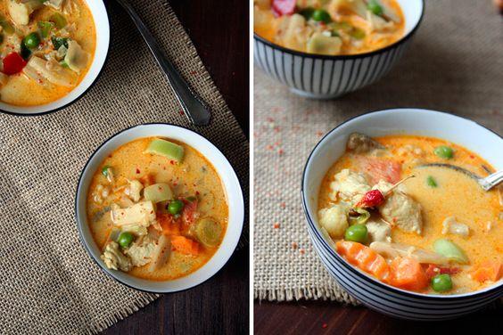 Das schnell und alltagstauglich nicht langweilig oder gar geschmacklos heißen muss, beweist die heutige Suppe. In derThai-Suppe mit Kokos und Hühnchen nehmen knackiges Asia-Gemüse und saftiges Hähnchen ein Bad in cremiger Kokosmilch. Ingwer, Chili und Currypaste verleihen eine angenehme Schärfe, die ganz wunderbar mit den exotischen Aromen harmoniert. Das Beste: dieses Schätzchen steht in 20...Read More »
