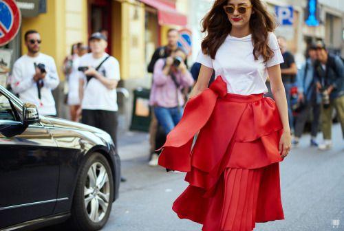 street style saia vermelha statement com camadas e pregas