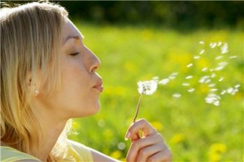 Le nez qui coule, la gorge qui chatouille, des démangeaisons... Tous les ans au printemps, les mêmes symptômes reviennent. Nos conseils pour enfin trouver un traitement.
