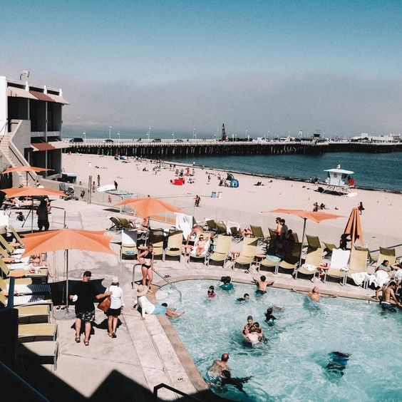 Santa Cruz Dream Inn - Grand hôtel boutique et familial situé au bord de la plage de Santa Cruz. La nuit, au Santa Cruz Dream Inn, dormez la porte ouverte et faites vous bercer par le son des vagues. On aime le décor moderniste, la piscine, et bien sûr son emplacement, à deux pas du boardwalk et du quai de Santa Cruz.