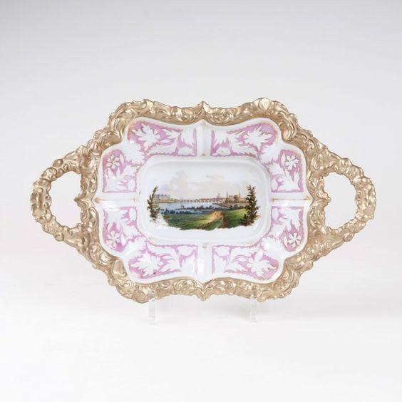Kleine Prunkschale mit Ansicht von Dresden Meissen, Mitte 19. Jh.. Fassoniert. Reliefgolddekor. Schw — Porzellan