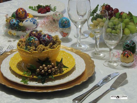 A alegria de estar em família ganha mais uma ocasião especial no momento do almoço de Páscoa. Todos sentados ao redor da mesa conversam animados e esperam a apresentação dos pratos. As crianças com muita algazarra, a espera dos tradicionais ovos de Páscoa. Tudo isso faz parte da imagem que guardamos em nossa lembrança. Mesa decorada e ovos pintados por Heda Seffrin Fotografia:Simone Seffrin