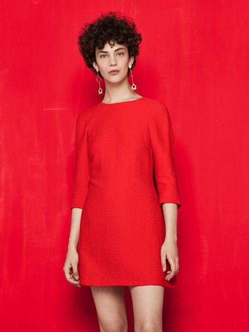 Robe courte avec détails noués RINIS. Confectionnée dans une superbe étoffe à l'aspect gaufré, la robe est dotée d'une encolure ronde, fendue dans le dos et agrémentée de nœuds. Elle dispose en outre: de manches 3/4, de poches fendues sur les côtés ainsi que d'un zip invisible à l'arrière. Coupe courte et légèrement évasée. Mariez-la à une paire de tennis pour un style chic et décontracté!