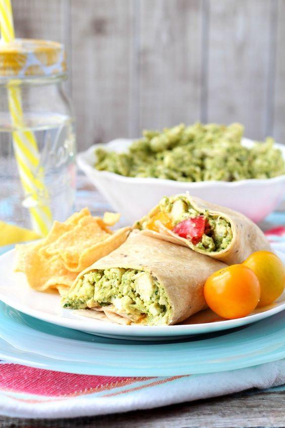 """Wraps sind perfekt fürs Mittagessen außer Haus – erst recht, wenn du sie in nur 5Minuten zubereiten kannst. Dieser einfache und variierbare Wrap mit Hummus und Hühnchen von dem Rezepte-Blog """"Kim's…"""