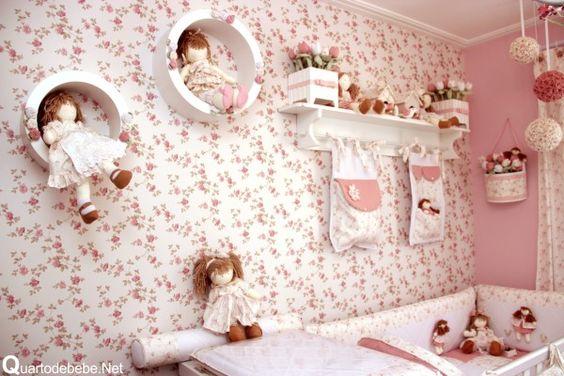 quarto de bebê com enxoval flores e bonecas