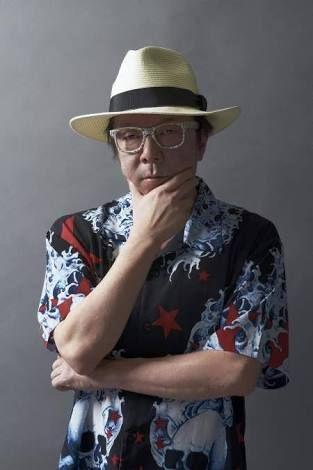 派手なシャツにハットとめがねを身につけた古田新太の画像