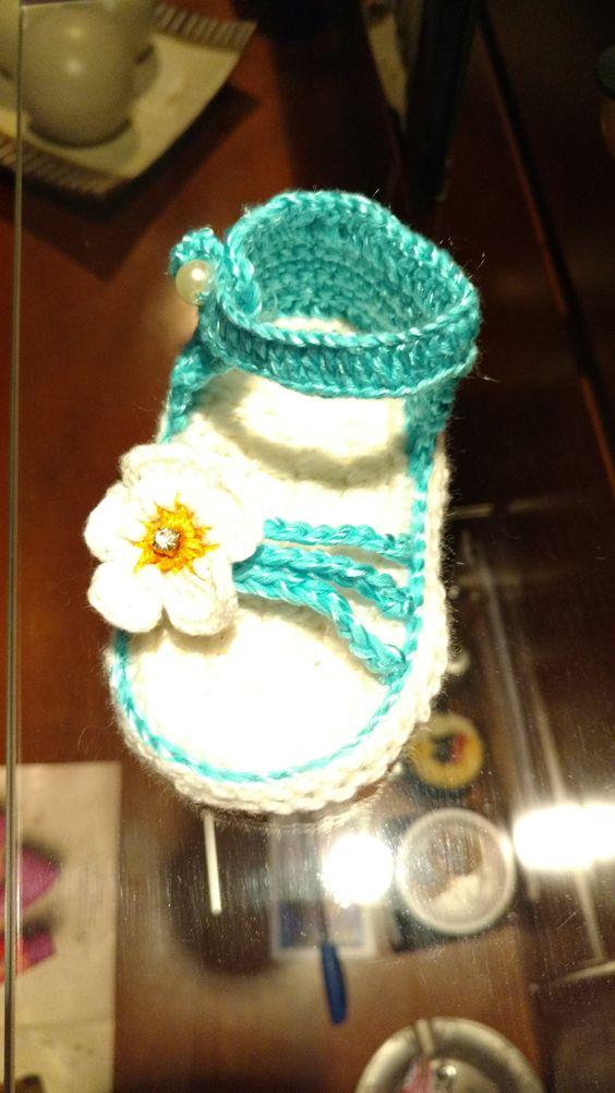 Sandalinha de crochê. Passo a passo neste site:  https://www.youtube.com/watch?v=kd6oSrRNb84