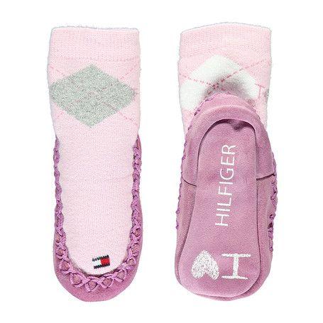 Adorables zapatillas tipo calcetín para mantener calentitos los pies de tu bebé. Confeccionadas con una mezcla de algodón peinado elástico, con suela de piel y pespuntes acentuados alrededor del borde. Bandera de Tommy Hilfiger en la puntera y logo bordado en el tobillo.