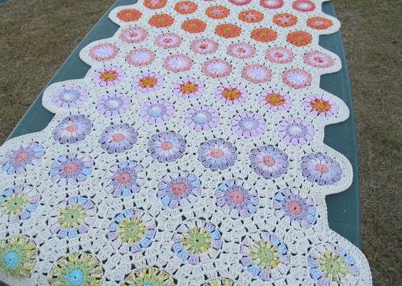 Pie de cama con flores con hexágonos