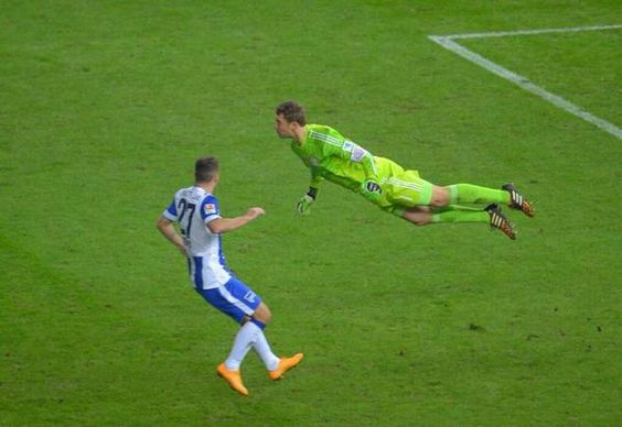 Neuer imita peixinho de Van Persie e vira meme na internet
