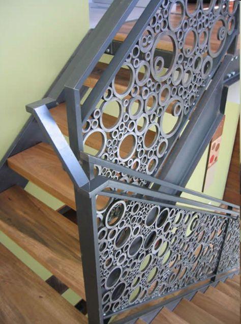 Escadas e guada-corpo tem uma função prática de locomoção, segurança e ao mesmo tempo decorativas possibilitando a beleza e harmonização do ambiente.