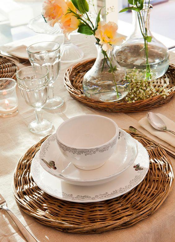 Detalles de fibra vegetal. En el comedor, podemos recurrir a bajoplatos, servilleteros, paneras y botelleros de fibra, que dan un toque natural a la mesa.