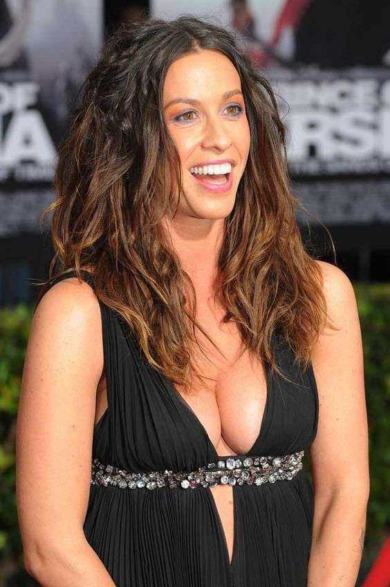 Attractive-Figure-Of-Alanis-Morissette.jpg (630×948)