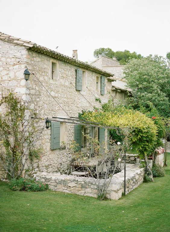 Provence provence and murs de pierre on pinterest for Couleur volet maison