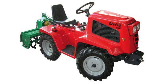 Ce mini-tracteur dispose d'un moteur Ramnay monocylindre (F420-AE - 418cc/11,ch). Il est ivré avec ybe herse rotative de 105cm et est doté d'une attache spéciale.  Dimensions : 210x88x115 cm avec un empattement de 107,5 cm. Poids : 400kg.   Traction en 2 ou 4 roues motrices. 8 vitesses (6 avant, 2 arrière). Réservoir de 5,5 litres