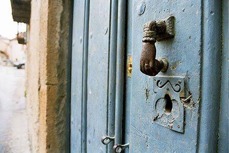 La mano de Fátima, un símbolo que perdura en las puertas de las casas españolas   Curiosidades de nuestro pasado Andalusi