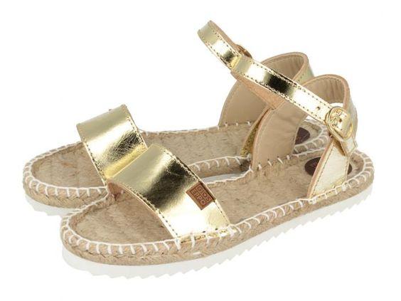 Sandalias de niña doradas con tira en el empeine y sujeción al tobillo con hebilla.