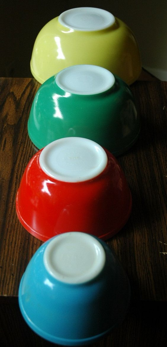 1940's vintage pyrex.... i still have my mama's... all but the small blue one. i don't even remember having it around when i was little. : 1940 S, Primary Colors, Vintage Dishes, 1940S Pyrex, Pyrex Vintage, Mother, Pyrex Bowl, Vintage Pyrex, Vintage Kitchen