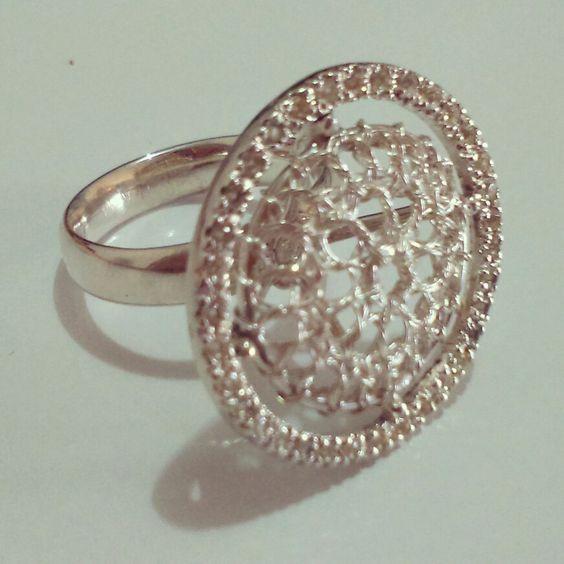 Anel em prata, com crochê no fio de prata e safiras brancas - de Giselle Pietrocola.