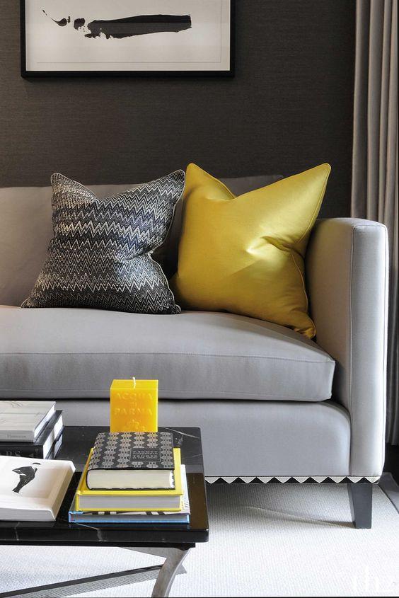 Cinza vai bem com toques de cores fortes como o amarelo