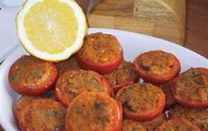 Pomodori Ripieni - I pomodori ripieni al forno sono la ricetta deliziosa di un contorno facile e leggero. Un piatto goloso da servire con un buon secondo.