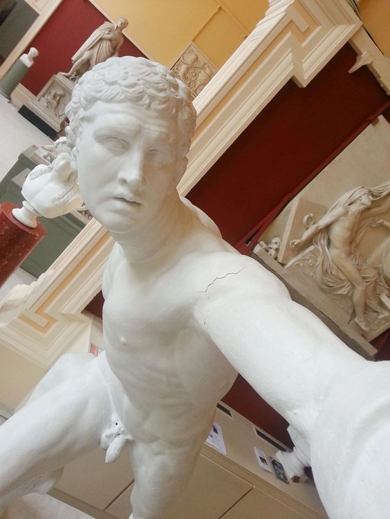 Statue makes a selfie. | statue-selfies-3 #funny