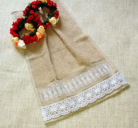 Toalha de Lavabo bordado em ponto cruz e barrado com renda de algodão. Contato: pribigi@hotmail.com