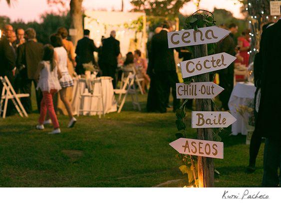 Carteles originales en boda al aire libre. Kutxi Pacheco Fotografia http://kutxipacheco.com/